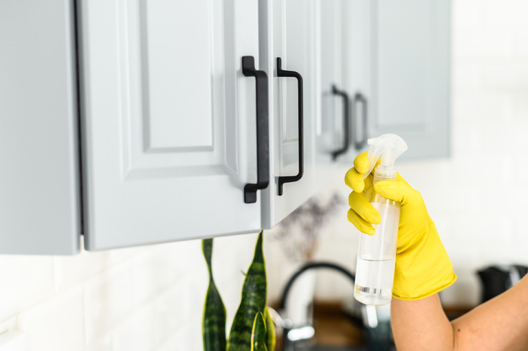 cleaning-kitchen-cabinets
